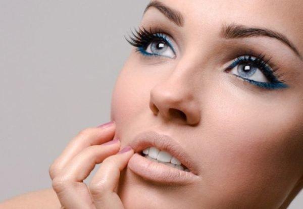 como-maquillarse-los-ojos-paso-a-paso-delineador-azul