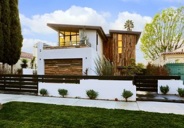 De 180 fotos de fachadas de casas modernas casas for Casa de madera con jardin
