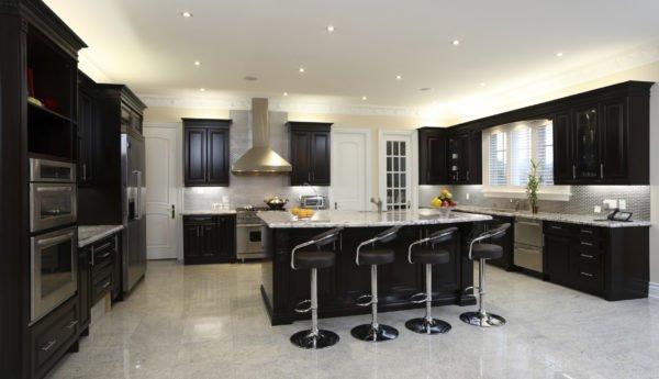 100 ideas de c mo combinar los colores para la cocina for Cocina blanca encimera negra