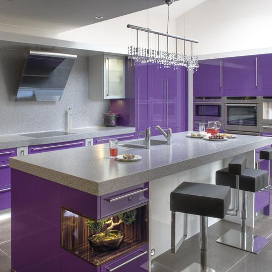 ideas-combinar-los-colores-la-cocina-cocina-violetay-blanca