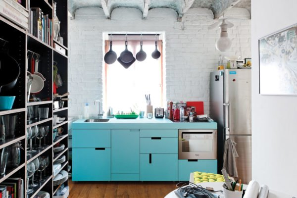 mas-50-fotos-cocinas-pequenas-modernas-2016-cocina-con-colores-suaves-estantes