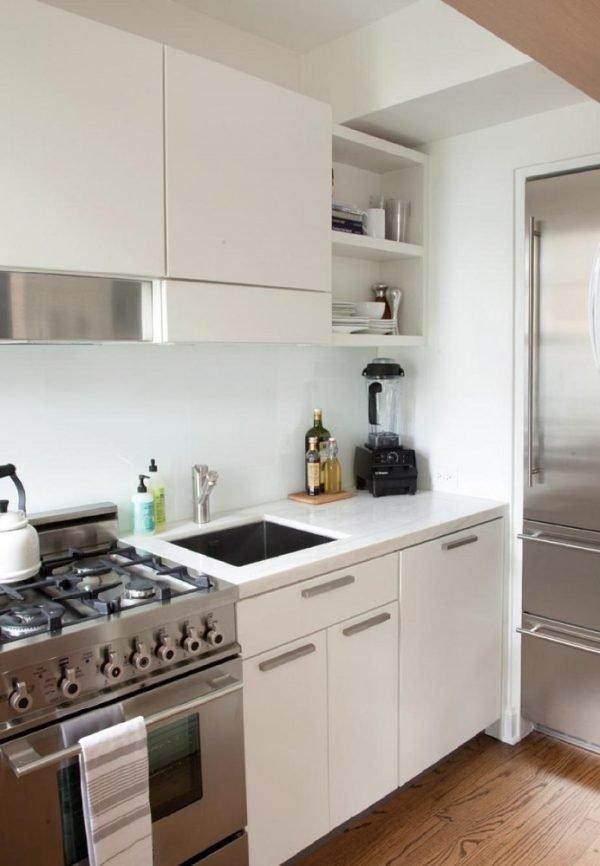 mas-50-fotos-cocinas-pequenas-modernas-2016-cocina-con-electrodomesticos-de-aluminio-y-muebles-blancos