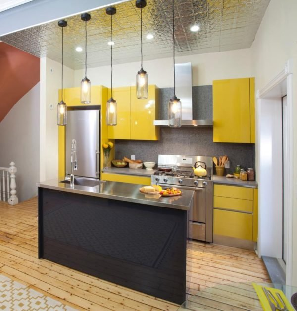 mas-50-fotos-cocinas-pequenas-modernas-2016-cocina-con-tonos-metalizados-y-amarillos