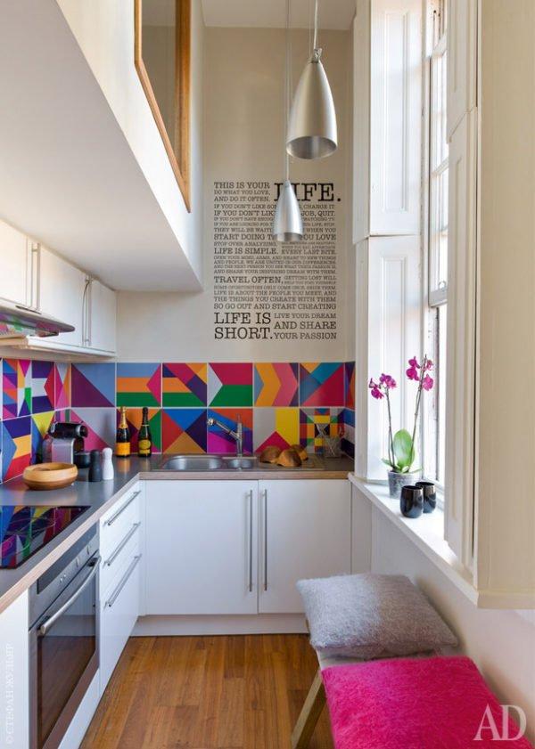 mas-50-fotos-cocinas-pequenas-modernas-2016-cocina-en-beige-con-baldosas-de-colores