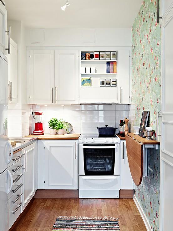 cocina pequea blanca con una pared estampada - Cocinas Cuadradas