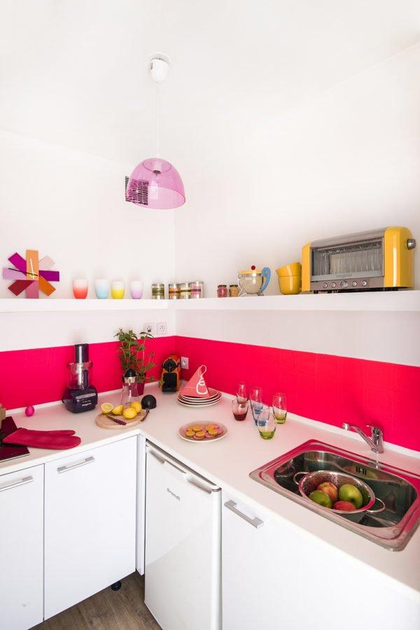 mas-50-fotos-cocinas-pequenas-modernas-2016-cocina-moderna-en-blanco-y-fucsia