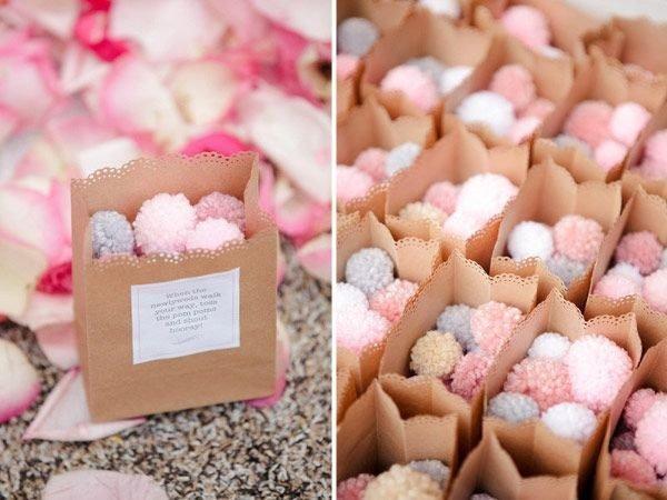 C mo hacer pompones con material reciclado - Como hacer pompones para decorar fiestas ...