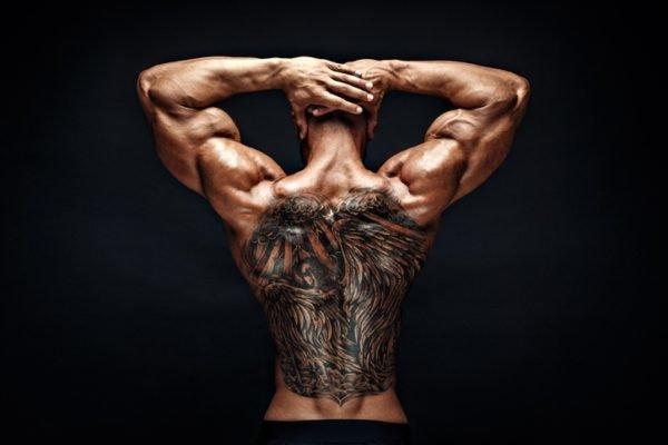 Tatuaje en la espalda tribal negro