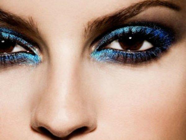 maquillaje-ojos-negros-maquillaje-de-noche-azul-brillos