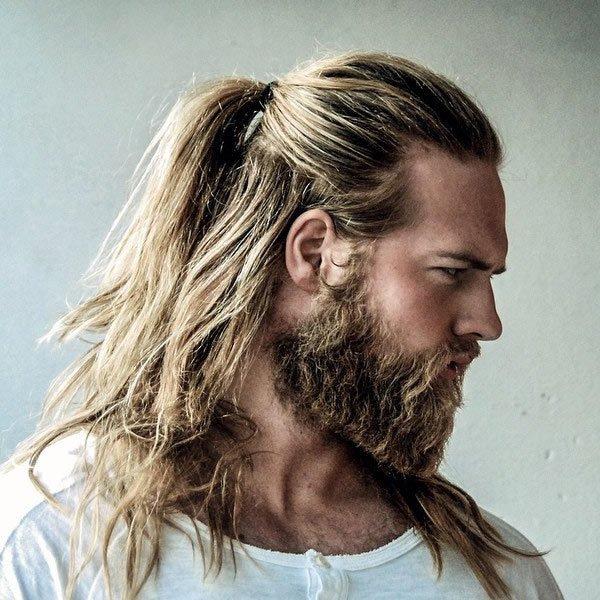 pelo largo y con coleta