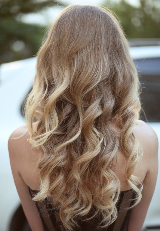 Peinados invitadas por detras ondas rubias reflejos