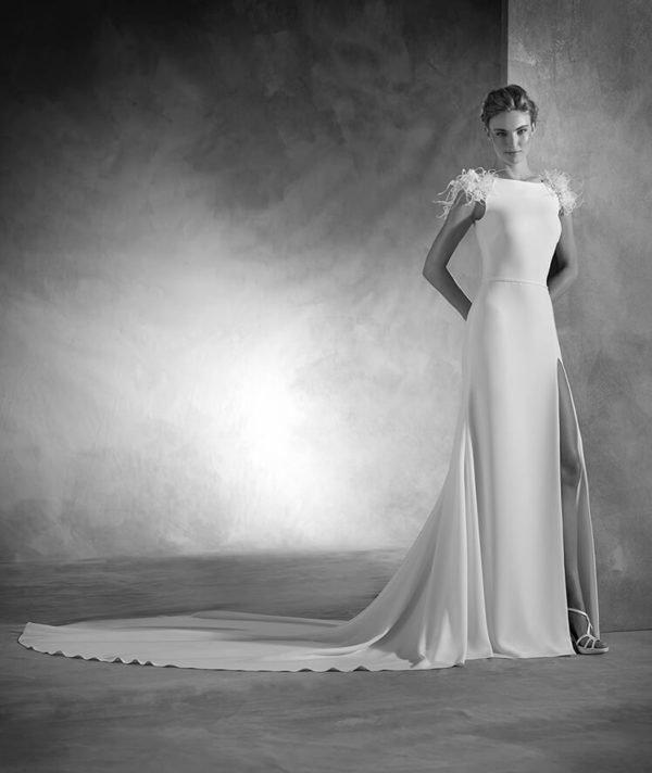 vestidos-de-novia-pronovias-otono-invierno-2017-hombros-plumas