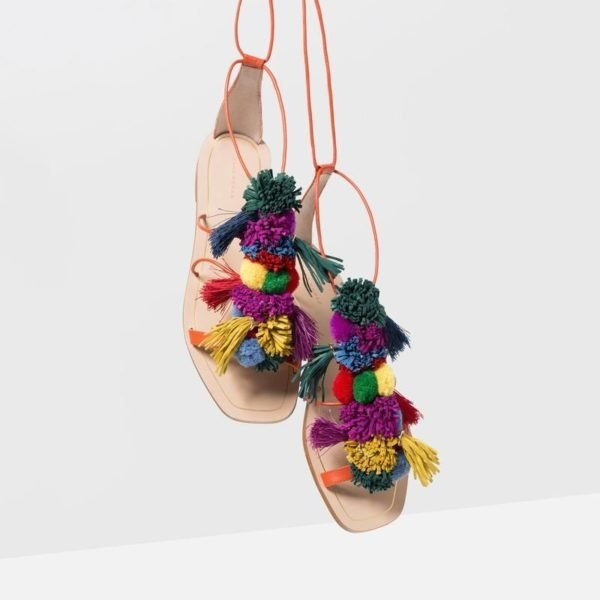 sandalias con pompones tendencias verano 2018. Black Bedroom Furniture Sets. Home Design Ideas