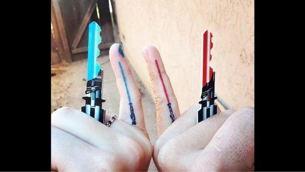 tatuajes-parejas-gemelos-espadas-laser