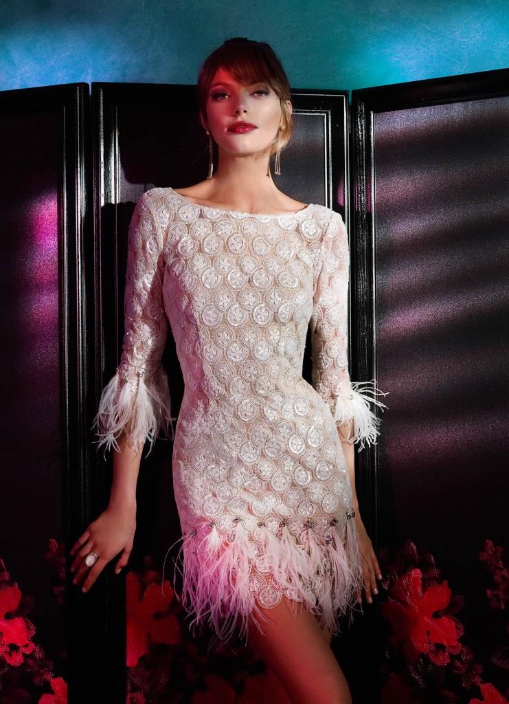 Vestido de fiesta rosa palo con plumas