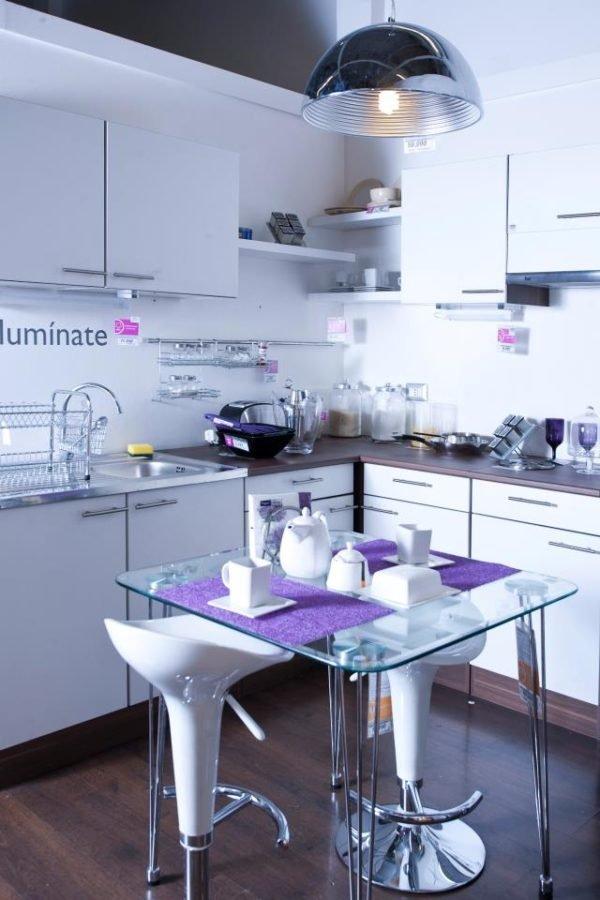 cocinas-pequeñas-y-modernas-cocina-blanca-y-mesa-central