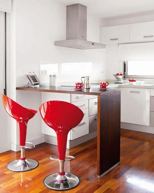 cocinas-pequeñas-y-modernas-cocina-blanca-y-taburetes-rojos