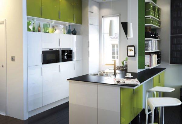 cocinas-pequeñas-y-modernas-cocina-blanca-y-verde-con-isla-central