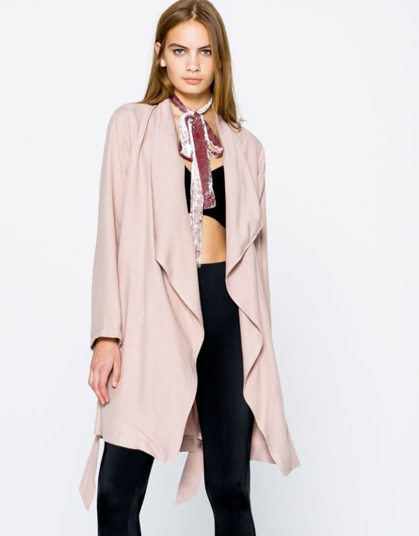 pull-and-bear-otoño-invierno-trenchs-rosa