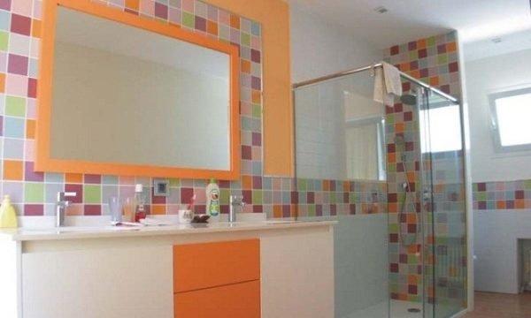 incluir tonos neutros para suavizar la fuerza de los naranjas es una estupenda solucin decorativa en este caso el bao se ha alicatado con dos azulejos