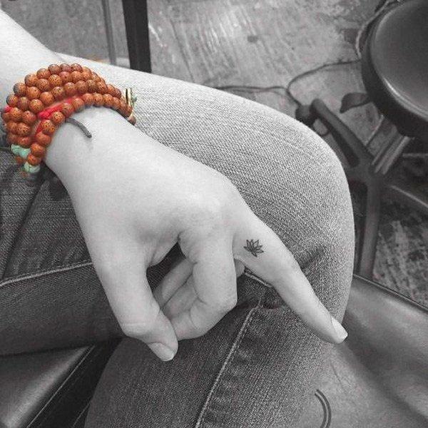 tatuajes-de-flor-de-loto-dedo