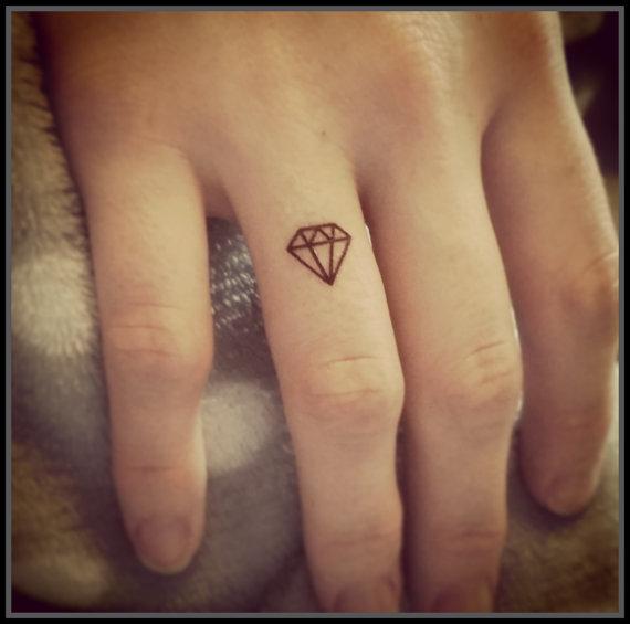 tatuajes-pequenos-para-mujeres-diamantes-color