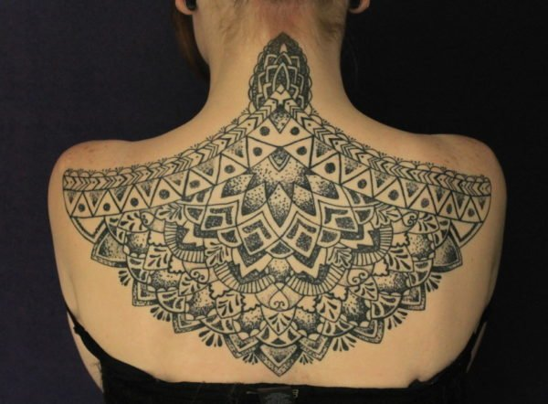 tatuajes-mandalas-en-la-espalda-y-hombros