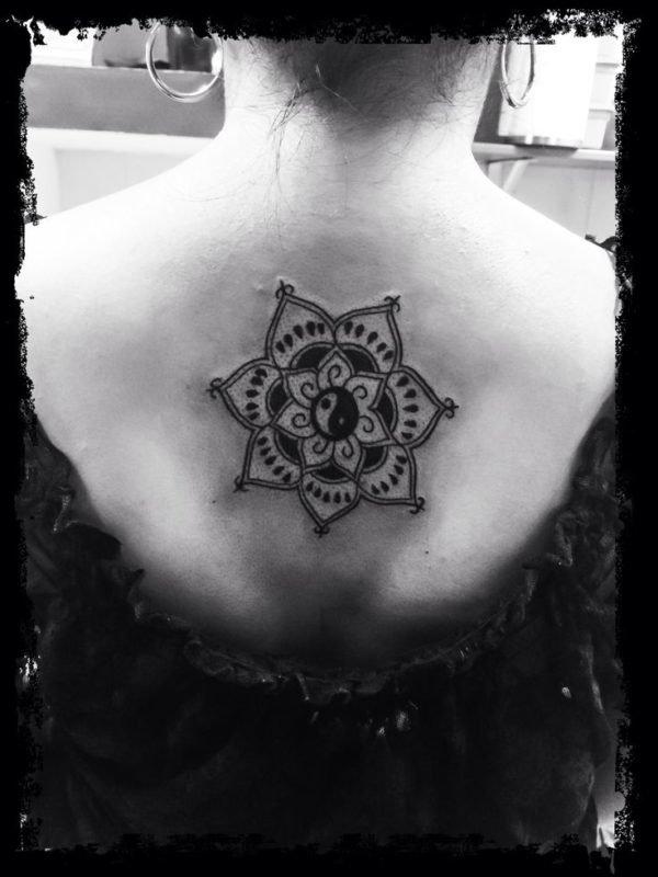 tatuajes-mandalas-en-la-espalda-ying-yang