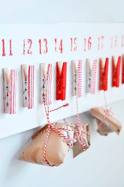 calendario-adviento-con-bolsas-y-sobres-de-papel-y-pinzas-de-la-ropa