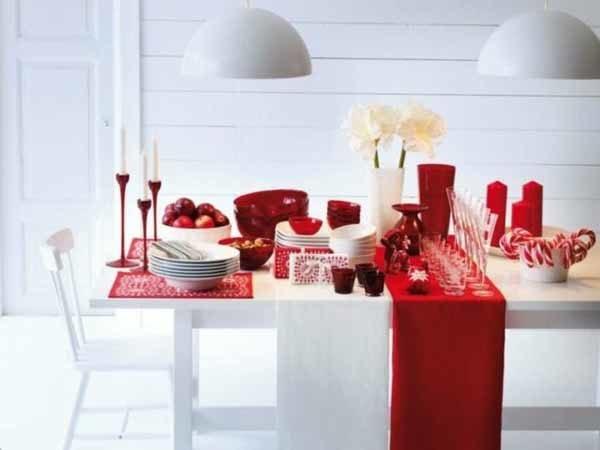 centros-de-mesa-navidenos-flores-blancas-elementos-rojos