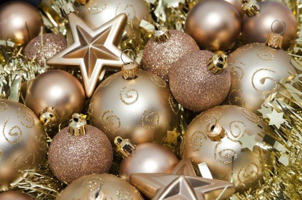 estrellas-de-navidad-con-bolas-y-guirnalda