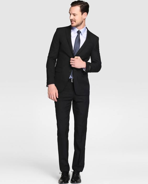 0deb66165a969 Aunque puedes decantarte por un estilo y corte clásico como el traje que  ves arriba