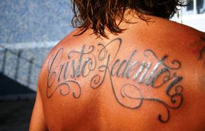 Tatuaje religioso con letras