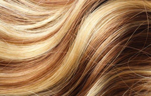 Aclarar el pelo con reflejos rubios en un pelo castano
