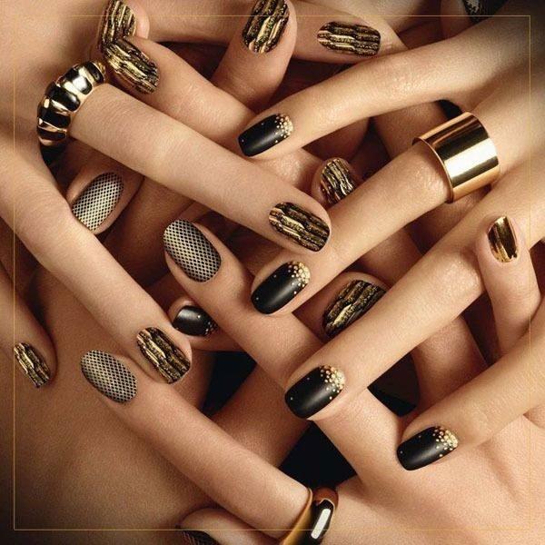 Unas negras en las manos