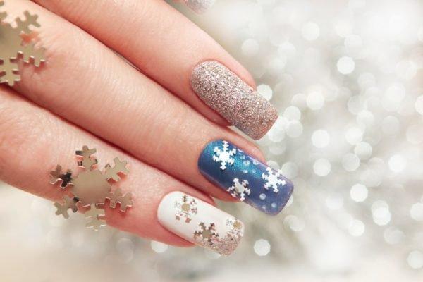 Unas navidenas azules blancas y grises con copos de nieve
