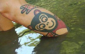 Tatuaje de un mono que hace crol