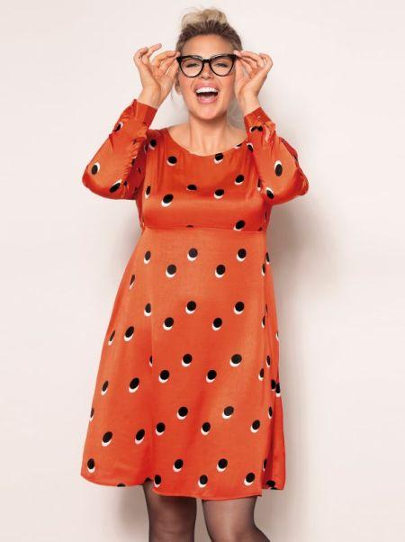venca-catalogo-vestido-estampado-evase-de-saten-tallas-grandes-bellisima-estampado-naranja-negro