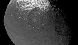 Deslizamientos de hielo en Jápeto, satélite de Saturno