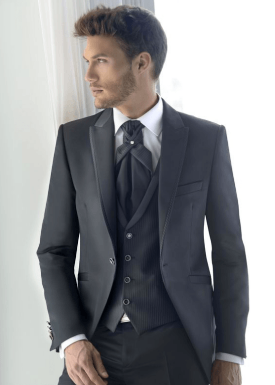 Los trajes de novio gris para boda 2019 han cambiado por completo en los  últimos años. Los tonos y cortes rancios y antiguos han dejado paso a rayas  ... 8d0c2b1bc46