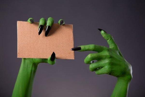 Unas carnaval bruja manos verdes