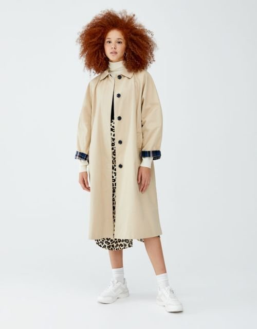 pull-and-bear-catalogo-trench-largo-punos-cuadros-contraste