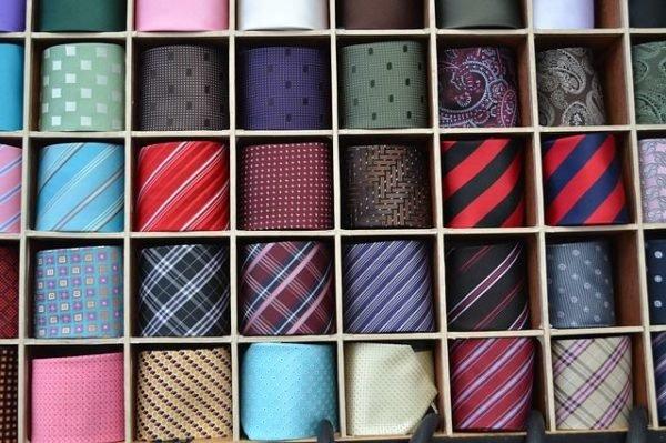 colores-que-combinan-con-el-azul-electrico-corbatas