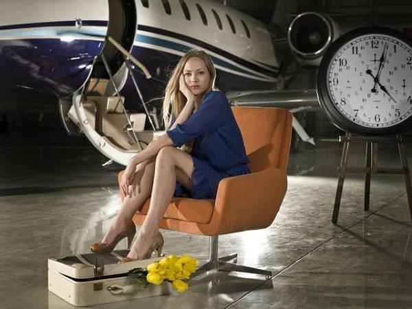 colores-que-combinan-con-el-azul-electrico-mujer-vestido-avion