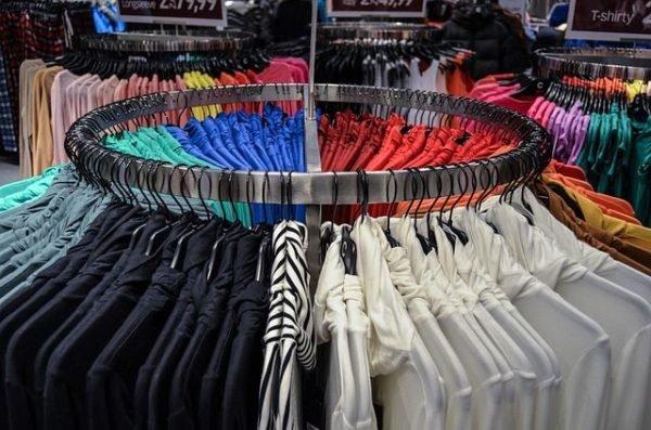 combinaciones-burdeos-estantes-de-camisetas
