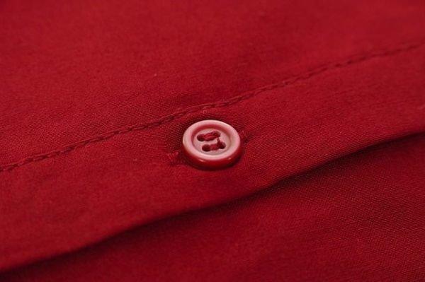 combinaciones-burdeos-prenda-con-boton