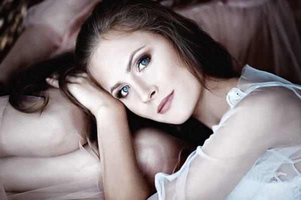 crema-de-xhekpon-mujer-ojos-azules