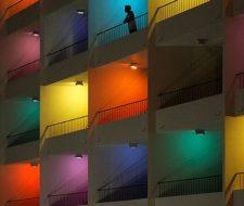 Lámparas de colores para decorar un salón