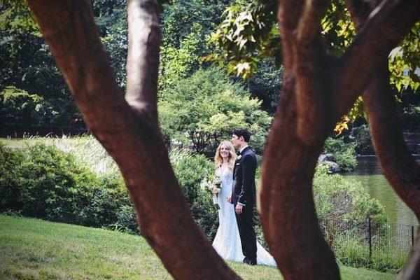 celebrar-boda-en-el-jardin-novios-pareja