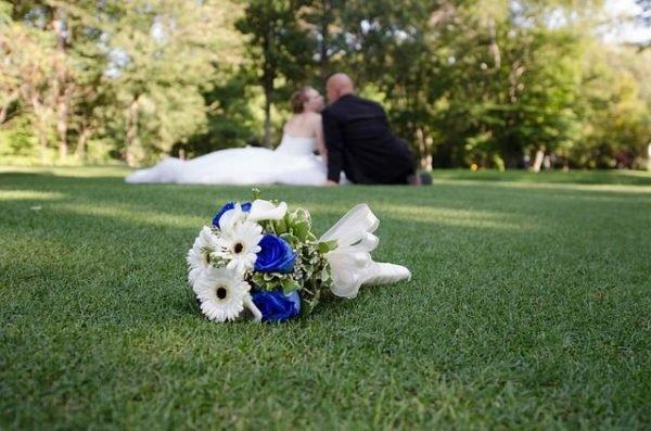 celebrar-boda-en-el-jardin-novios-ramo